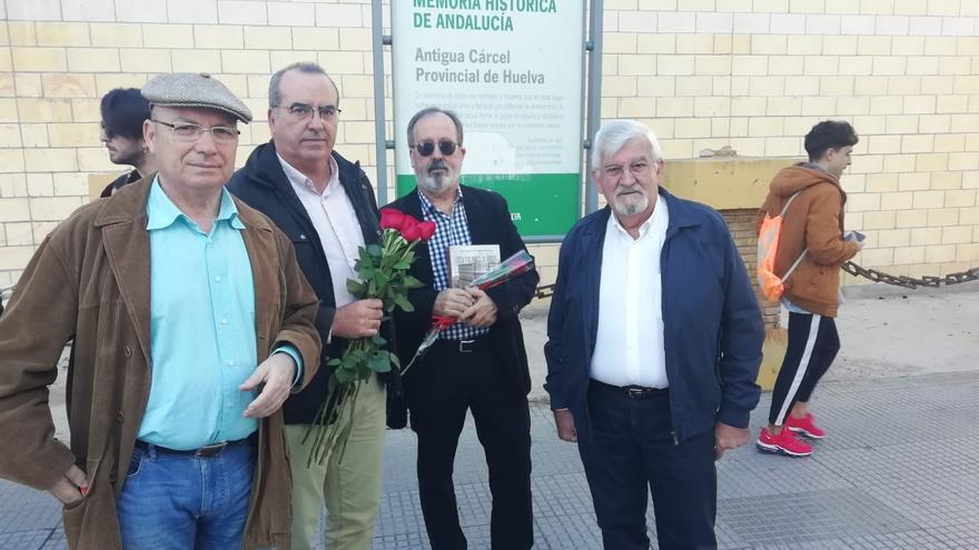 Rus, a la izquierda de la foto, con más asistentes a la concentración de Huelva.