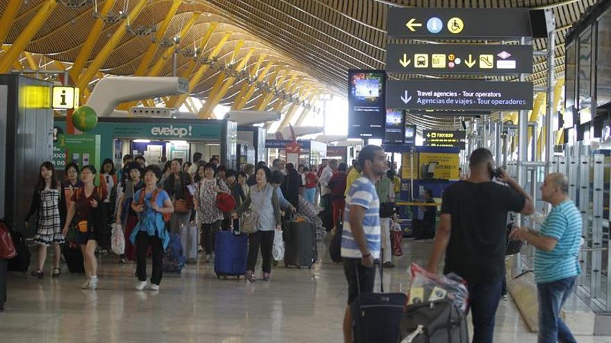 Medio centenar de saharauis comienzan una huelga de hambre en le aeropuerto de Barajas