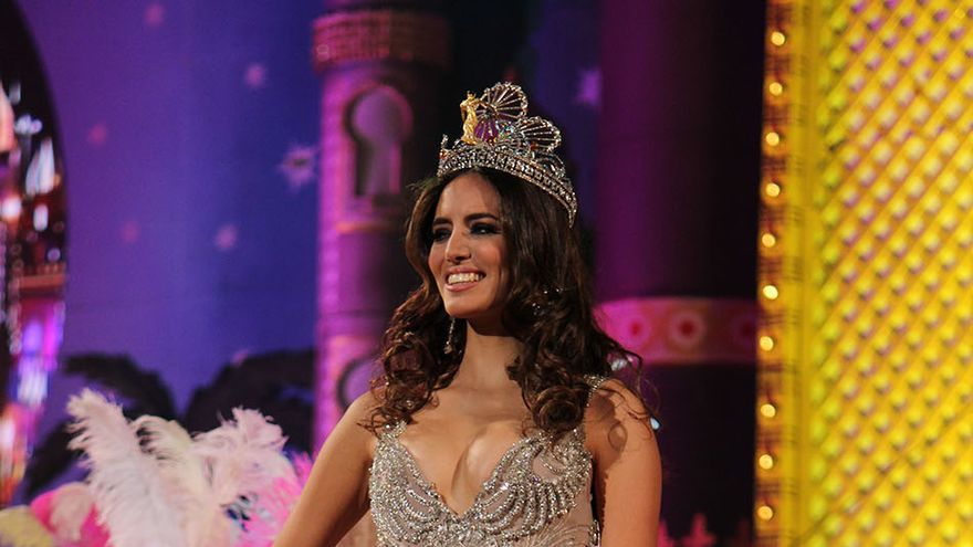 La Reina del Carnaval, Aranzazu Estévez (d), durante la obertura de la Gala Drag Queen. (Foto:Cirenia Vico)