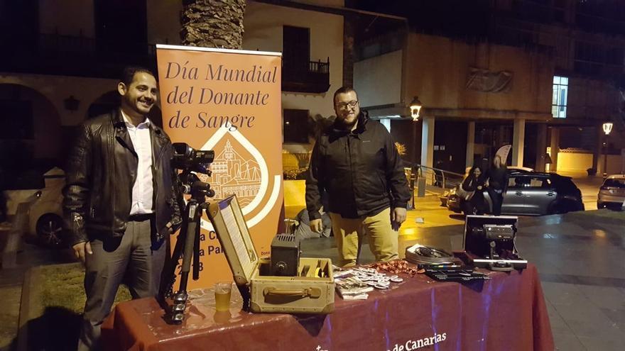 Christian Méndez y Juan José Neris en el stand instalado en Los Llanos.