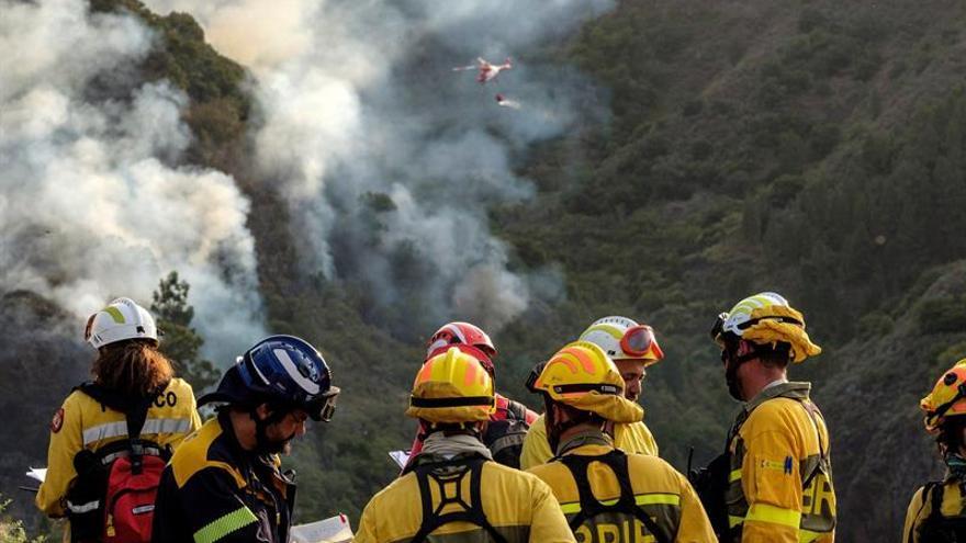 Equipos terrestres trabajan contra el incendio en Valleseco.