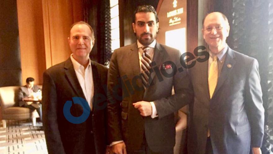 El príncipe Salmán bin Abdulaziz (centro), junto a los congresistas demócratas Adam Schiff (izquierda) y Brad Sherman (derecha).