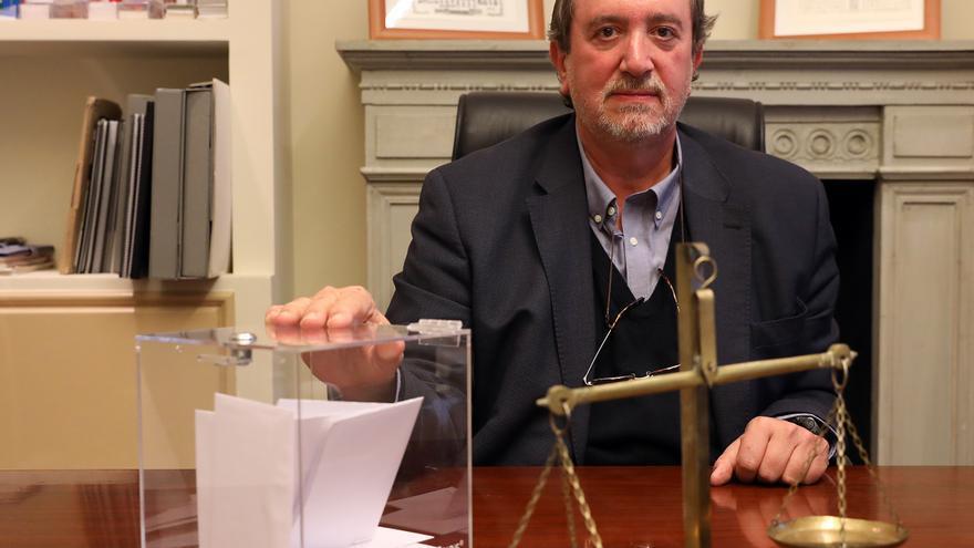 El exjuez Santiago Torres, ahora abogado, en su despacho