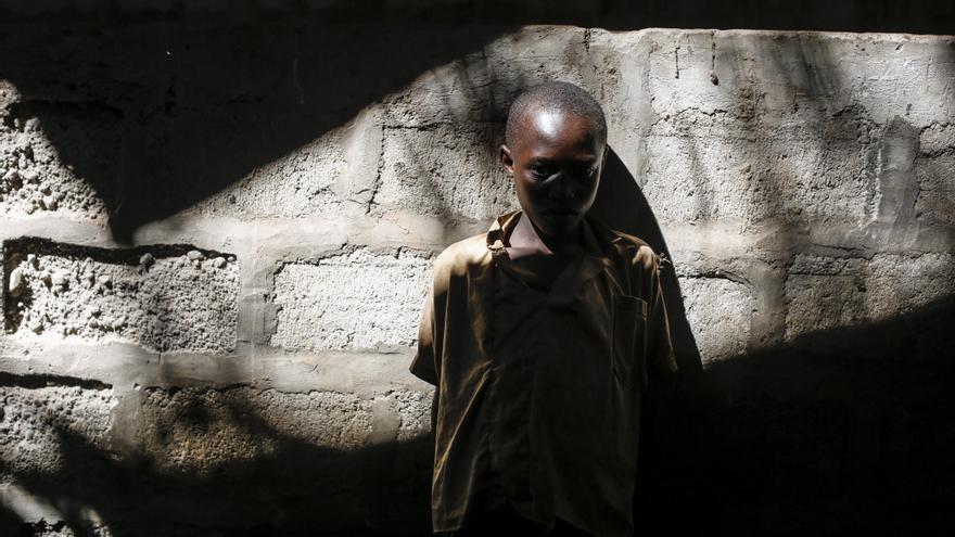 Un niño de Burundi mira a otros niños en un edificio abandonado en un campo de refugiados en Gashora, a unos 55 kilómetros de Kigali, Rwanda.