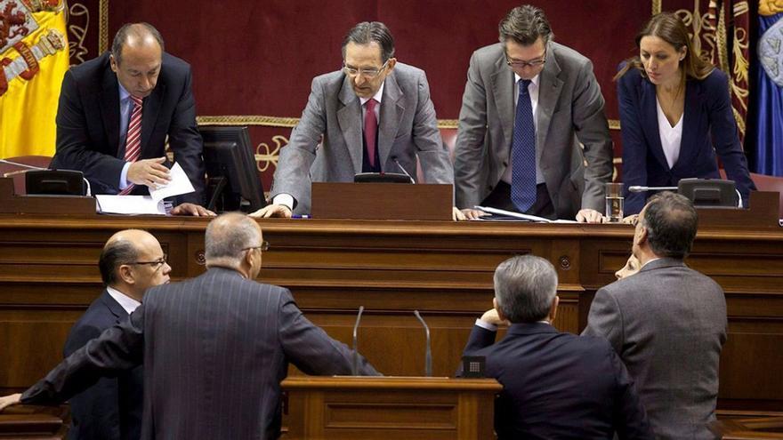 Aprobación en el Parlamento Autónomo del texto de modificación del Estatuto de 1982 y los cambios introducidos en 1996. (EFE).