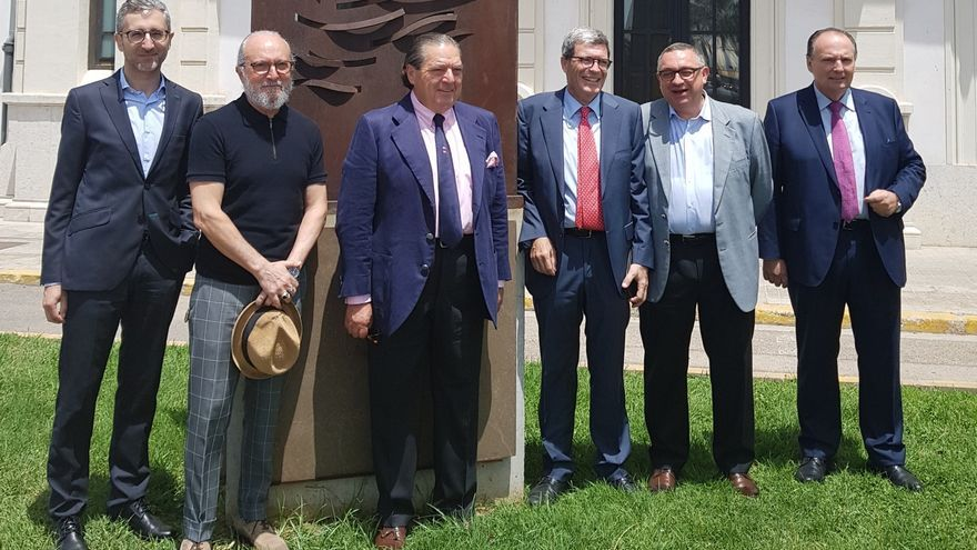 El conseller Arcadi España, primero por la izquierda; el empresario Vicente Boluda, tercero por la izquierda, y el presidente del Puerto, Aurelio Martínez, tercero por la derecha.