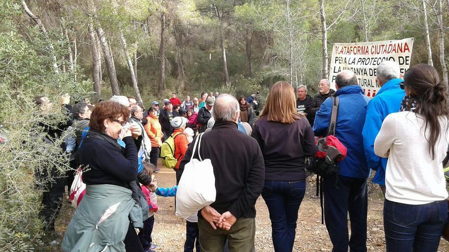 Miembros de la plataforma ciudadana reivindican la protección de la montaña en la que se encuentra la cantera