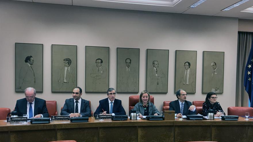 El director general de Caixa Ontinyent, Vicent Penadés (en el centro), durante su comparecencia en el Congreso