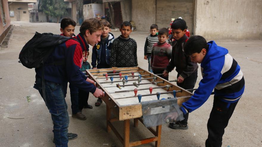Fotografía de Muhammad con otros niños jugando al futbolín en Ghouta oriental.