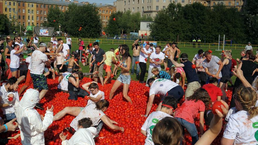 Cientos de rusos disfrutan de su versión de la Tomatina