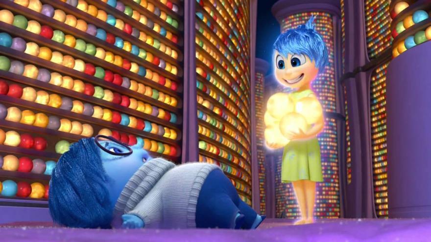 Una escena de la película de Pixar 'Inside Out', con los recuerdos convertidos en bolas luminosas de colores.