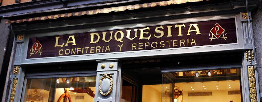 Su premiado letrero para La Duquesita, centenaria pastelería reabierta por el chef Oriol Balaguer.