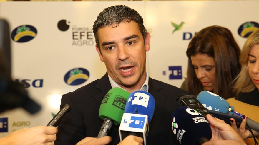 El consejero de Agricultura, Ganadería, Pesca y Aguas del Gobierno de Canarias, Narvay Quintero, atendiendo a los medios antes de inaugurar un foro un foro sobre el impacto del cambio climático en el sector primario.