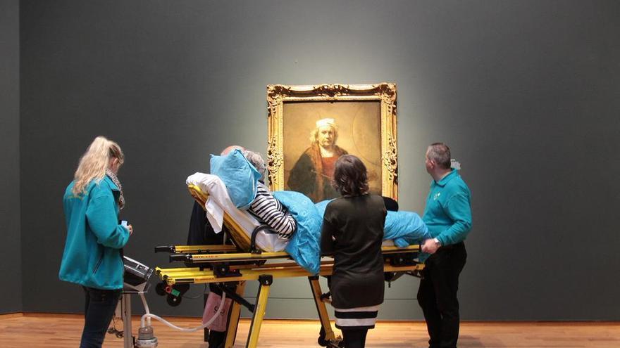 Un enfermo terminal contempla un Rembrandt en el Rijksmuseum de Amsterdam.