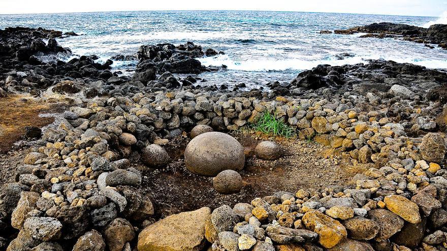 Te Pito Kura, el ombligo del mundo; piedra ritual que da nombre a Rapa Nui (Isla de Pascua)