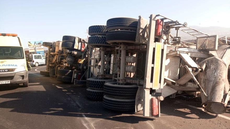 Estado en que quedó el camión tras el vuelco