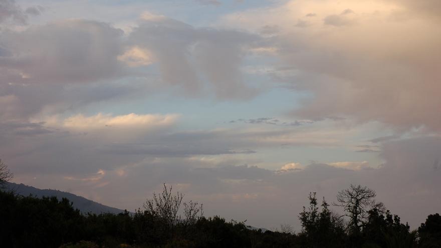 Nuboso en el norte y  este y despejado en el resto de La Palma  este martes