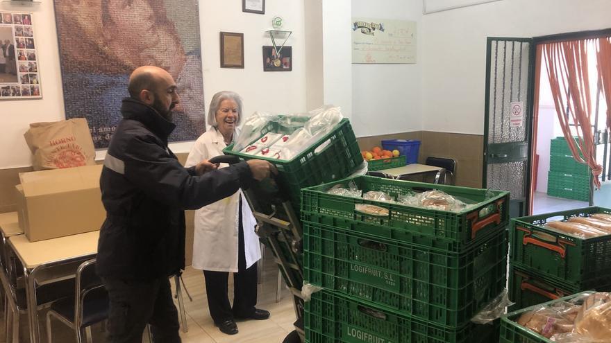 Un operario de Mercadona entrega alimentos en un comedor social andaluz.