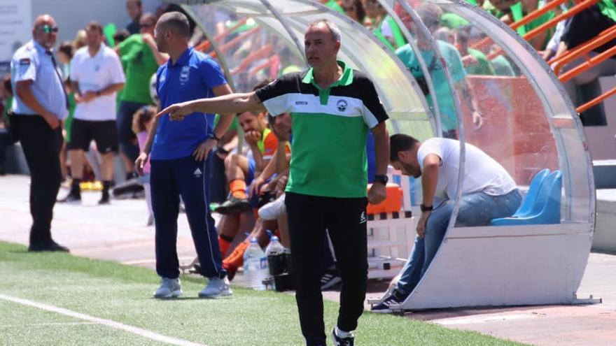 León Gómez, dando instrucciones a sus futbolistas