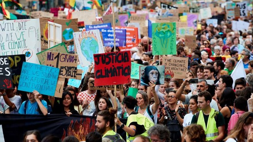 Unos 20.000 jóvenes piden en Barcelona soluciones a la crisis climática