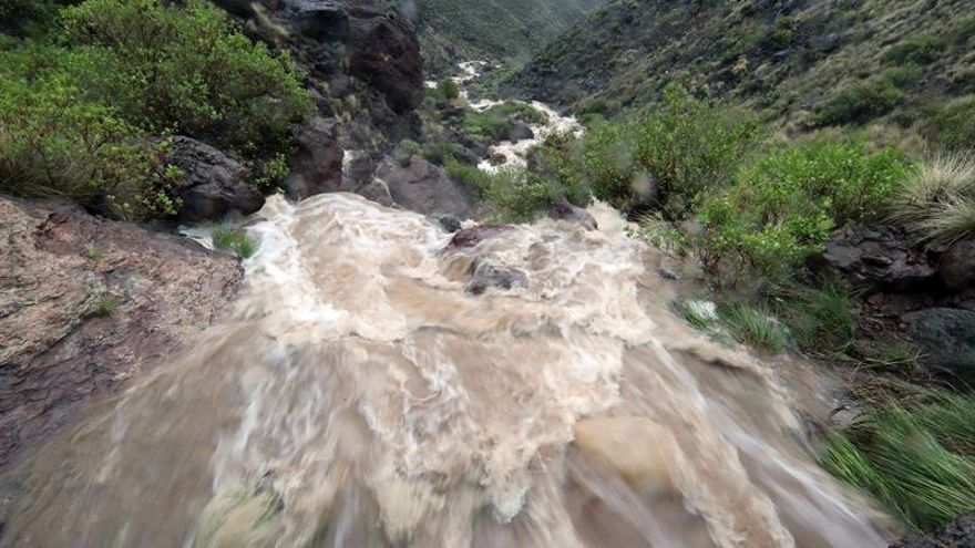 Cascadas de agua de lluvia en la localidad de Veneguera