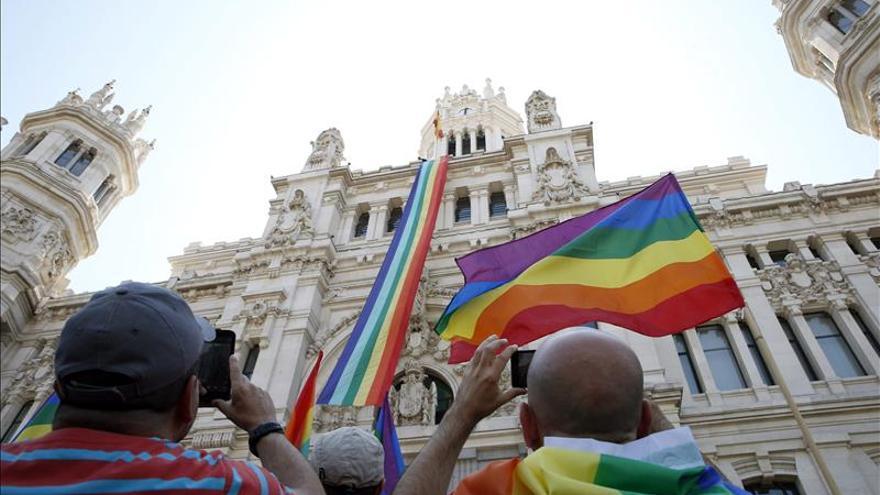El balcón de la sede de la Comunidad de Madrid luce la bandera arcoíris