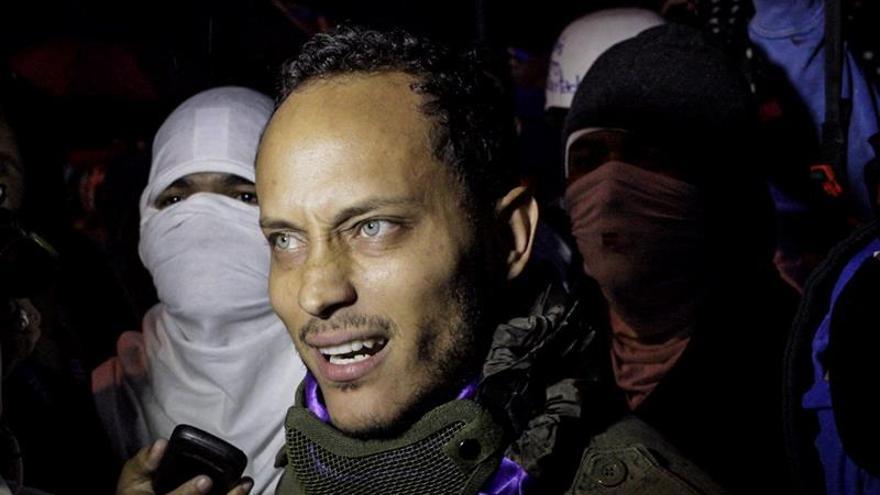 Policía venezolano acusado de terrorismo reitera su llamado a las protestas callejeras