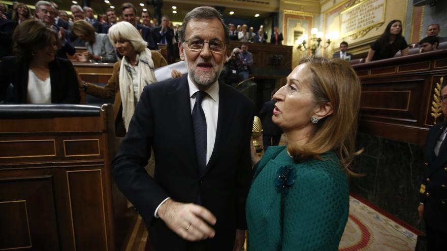 Ana Pastor felicita a Mariano Rajoy tras ser investido presidente del Gobierno