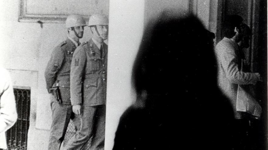 La Policía Armada patrulla la universidad. 1971-1972 (fotografía. AHT. Fundación 1º de mayo).