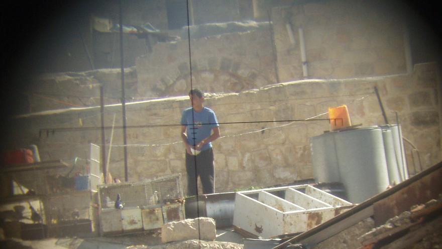 Fotografía de un civil desde el visor de un francotirador.