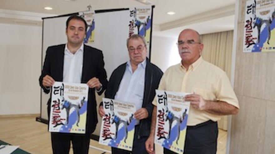 Carlos Ester, Octavio Ojeda y Francisco Ortiz, con el cartel del evento. (Cabildo Gran Canaria)