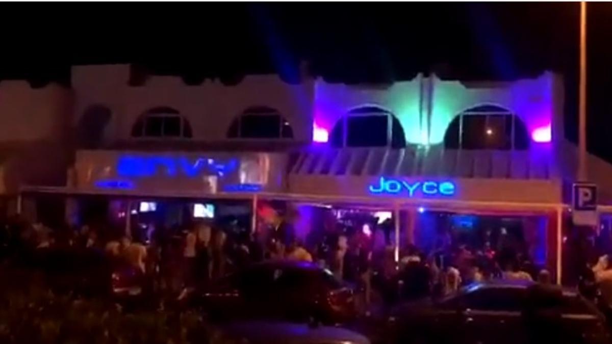 Colas en un local de ocio nocturno de Arona este fin de semana. (Canarias 7)