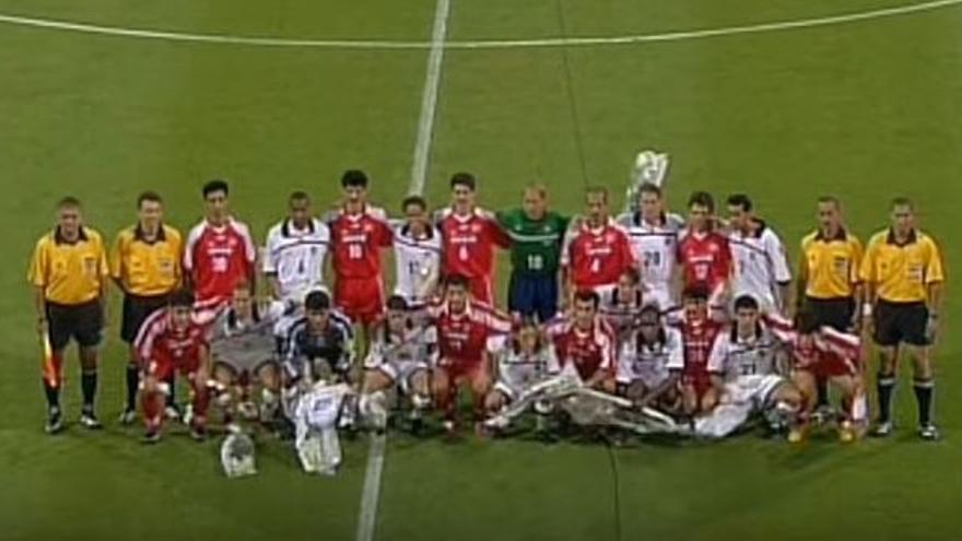 Los jugadores de EE.UU. e Irán posan juntos antes del partido
