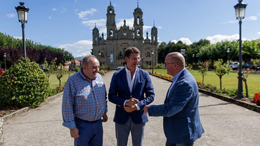 Feijóo, con Manuel Baltar (derecha), en el santuario de Os Milagres
