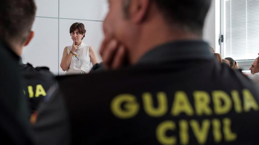 La psicóloga del colectivo Gamá, María José Hinojosa Pareja, durante el curso que Gamá está impartiendo a agentes de la Guardía Civil.