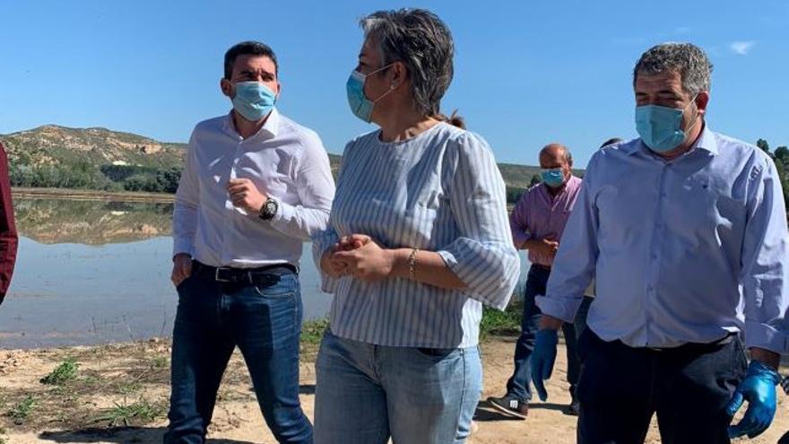 La alcaldesa de Calasparra junto al consejero de Agricultura