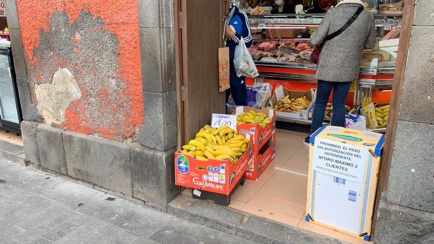 Puesto situado en el Mercado de Vegueta, en Las Palmas de Gran Canaria, con indicaciones para evitar contagios de COVID-19