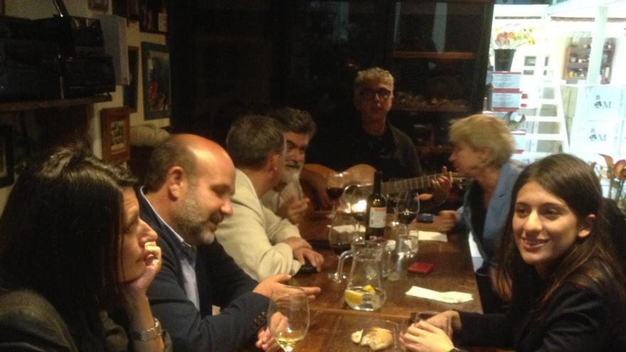 Marian con un grupo de amigos en LasCosas Buenas de Miguel.
