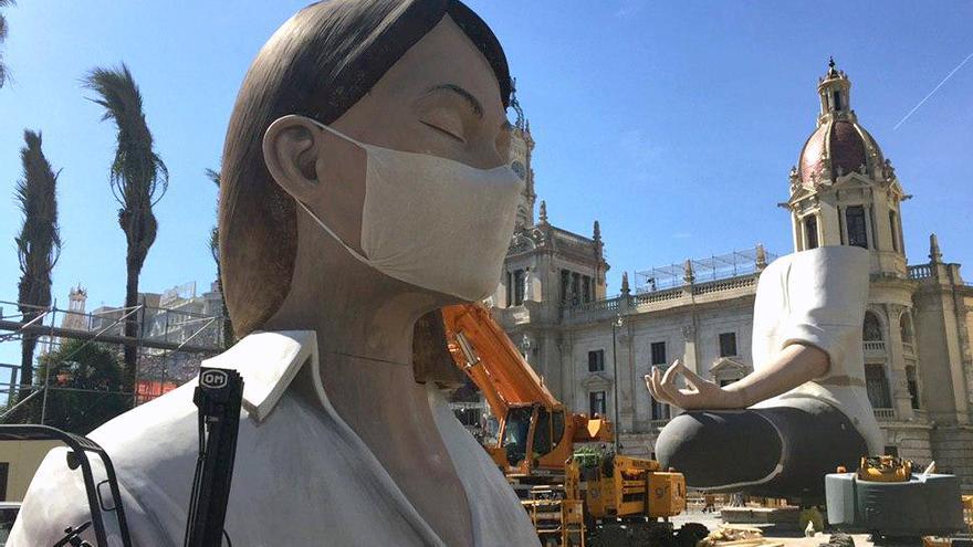 El ninot central de la falla de la Plaza del Ayuntamiento con la mascarilla tras conocerse el aplazamiento de las fiestas.