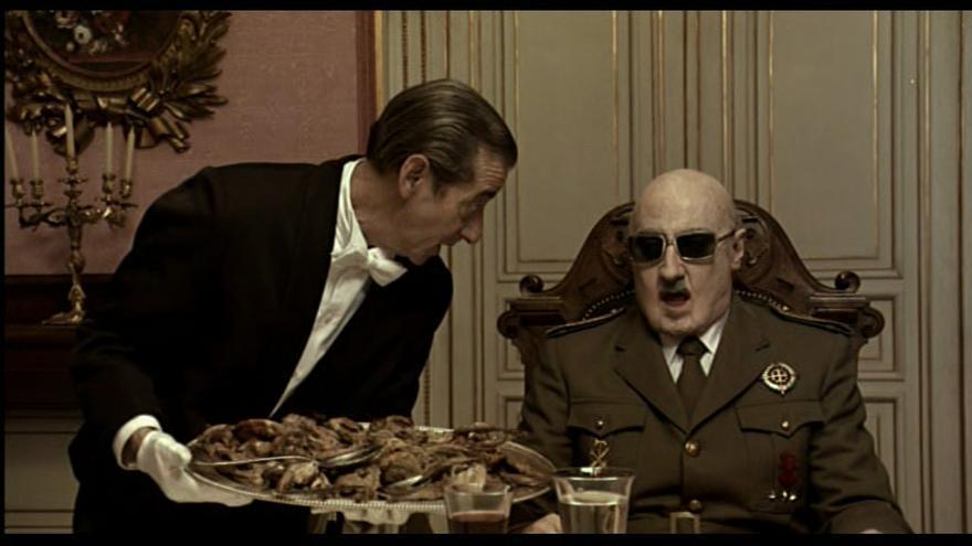 Fotograma de la película 'Buen viaje, excelencia'