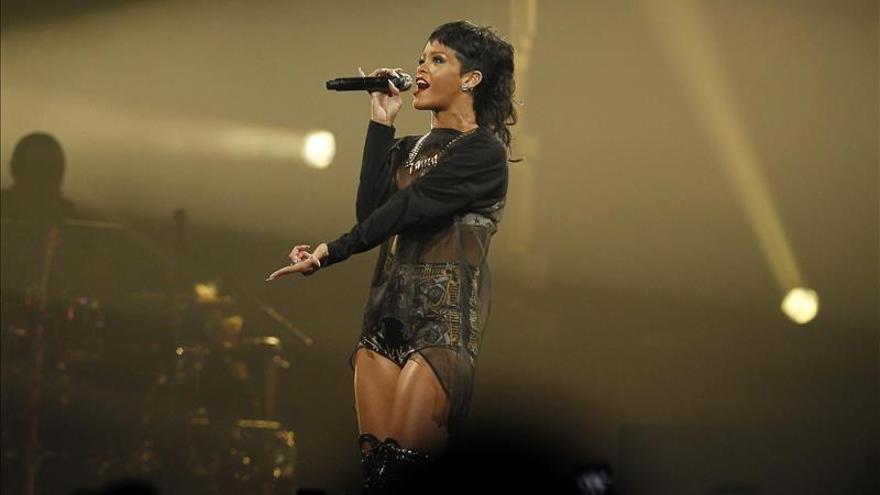 La cantante Rihanna pasea por una viña ad portas de su espectáculo en Chile