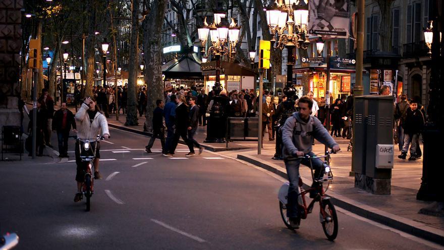 Ciclistas por La Rambla de Barcelona.