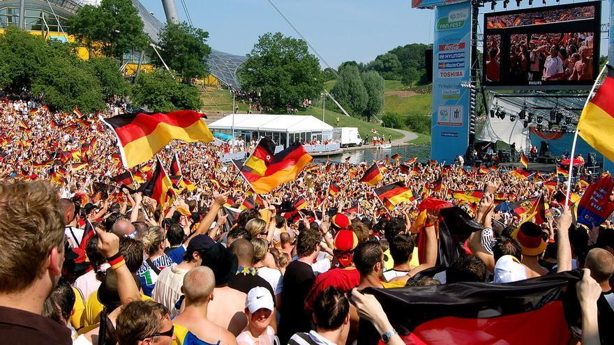 Aficionados al fútbol en Munich, durante el Mundial de Alemania de 2006 / Cameron Parkins