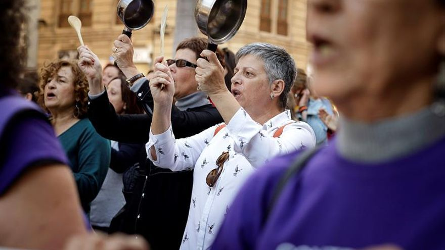 El foro contra la violencia de género de Tenerife se ha concentrado en repulsa por el asesinato de una mujer y su hijo a manos del marido. EFE/ Ramón de la Rocha