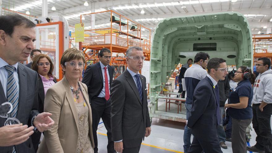 El presidente de Aernnova, Iñaki López Gandásegui (primero por la izquierda) muestra la planta a la consejera Tapia y el lehendakari Urkullu.