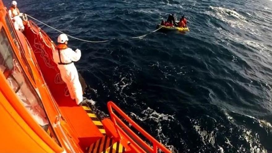 Rescatados cinco menores a bordo de una embarcación tipo 'juguete' en aguas del Estrecho