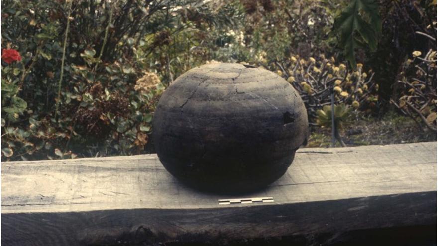 Vasija descubierta junto al Roque Teneguía fotografiada en el Taller de Cerámica El Molino en julio de 1994.