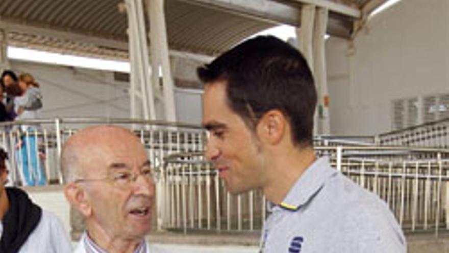Alberto Contador conversa con el superior de la Orden de los Hermanos de San Juan de Dios en Las Palmas, Angel Dolado. (EFE/Elvira Urquijo A.)