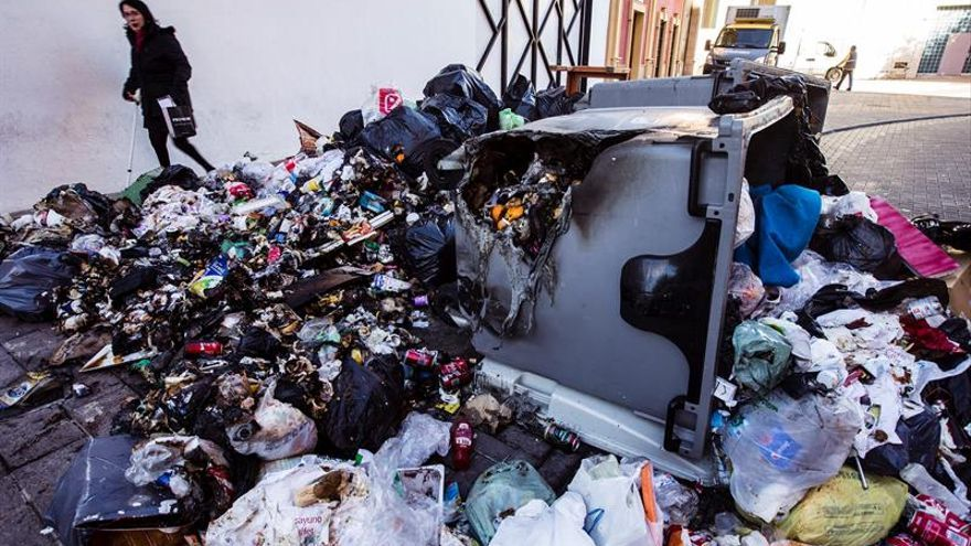 Dos detenidos por quemar contenedores en Málaga tras agravarse huelga basuras