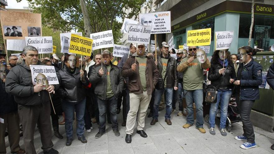 Varias decenas de militares han protestado por el arresto del presidente de AUME